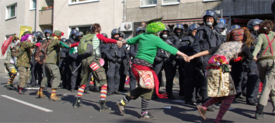 Die Clownsarmee im Einsatz bei den Protesten gegen den »Anti-Islamisierungs-Kongress« am 20. September 2008